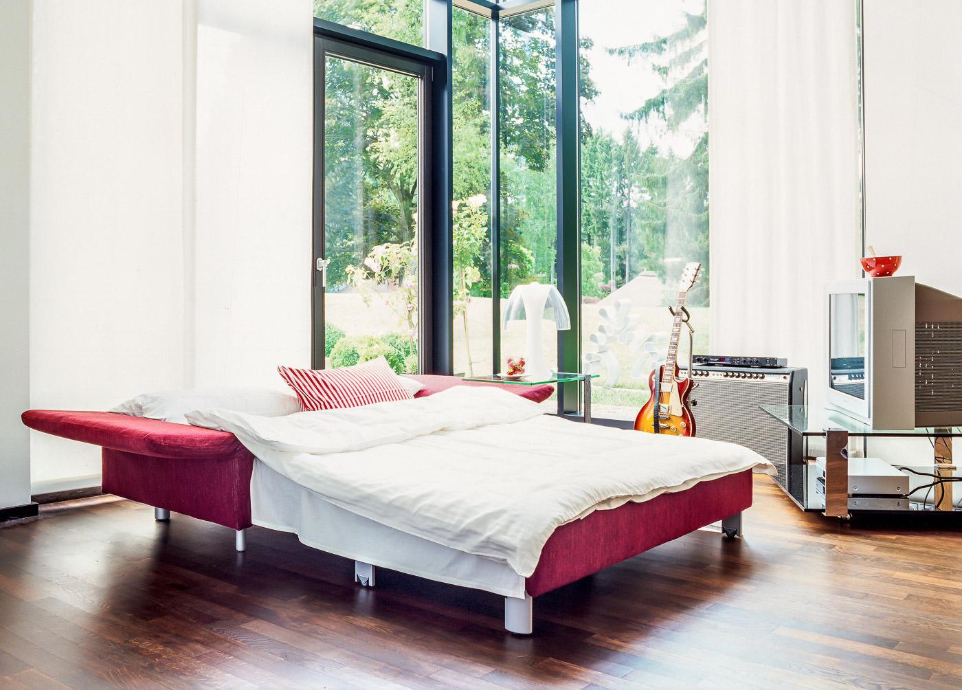 Zweisitzer mit Schlaffunkton Luino von Franz Fertig in rot bei Möbel Meiss