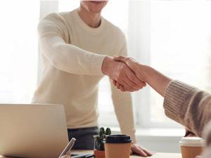 Handschütteln bei der persönlichen Beratung